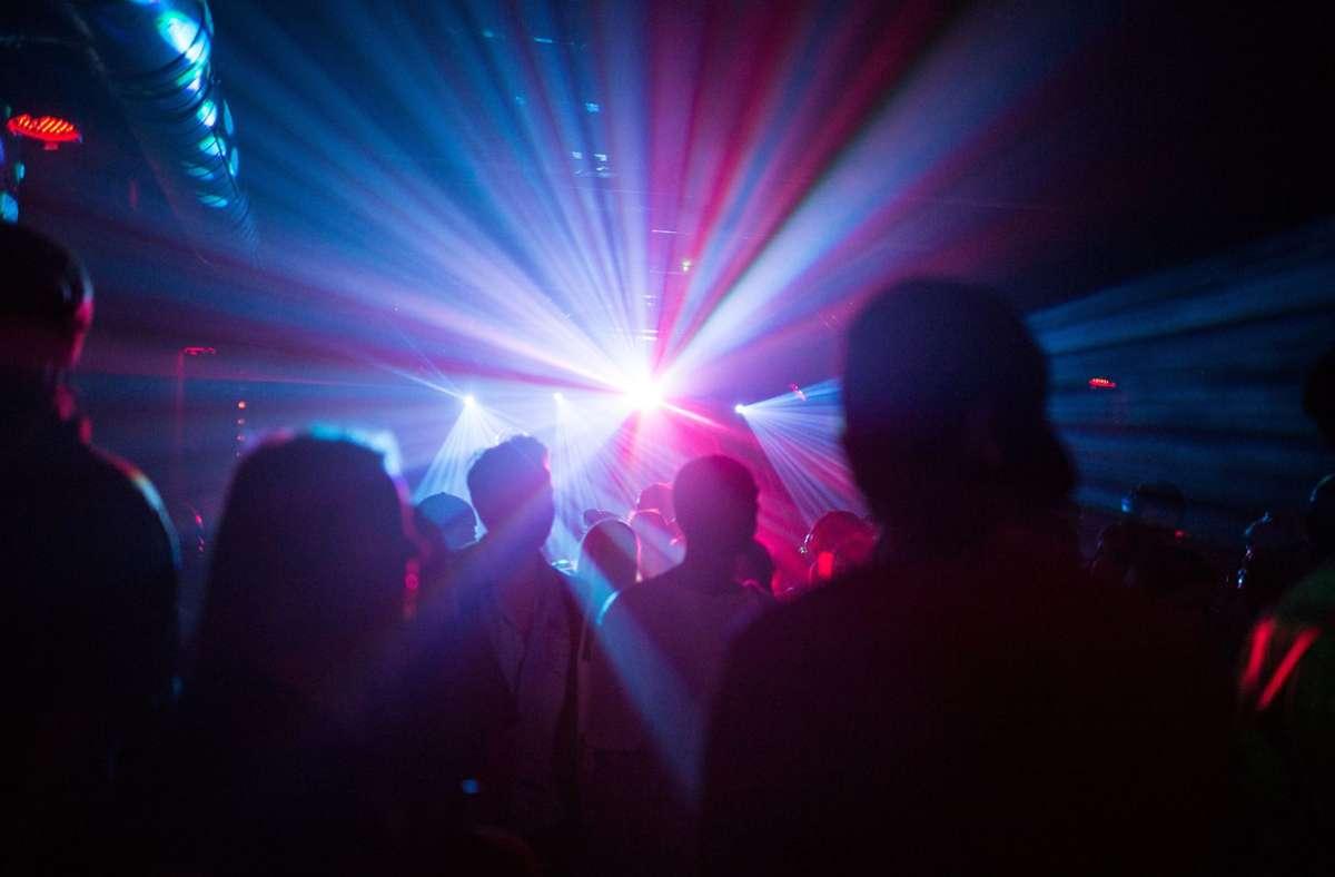 Die Beamten beendeten die Party in einer Disco. (Symbolfoto) Foto: dpa/Sophia Kembowski