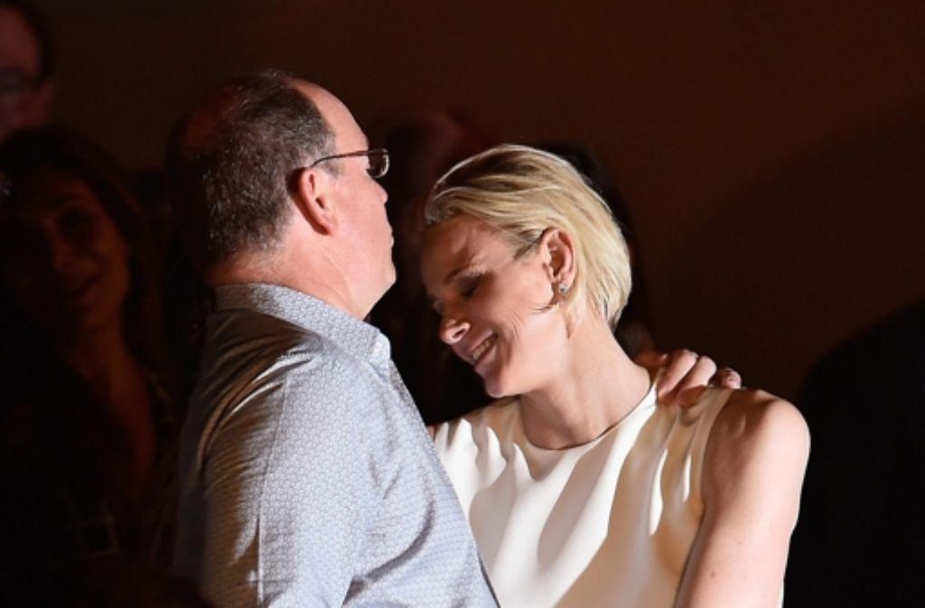 Komm in meine Arme: Fürst Albert drückt seine Charlène von Monaco. Foto: Getty Images Europe