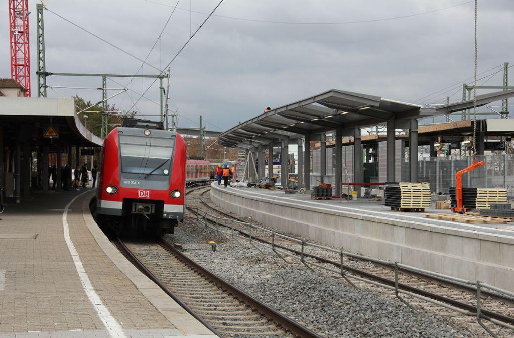 Am Bahnhof in Feuerbach wird wieder gearbeitet. Foto: Georg Friedel