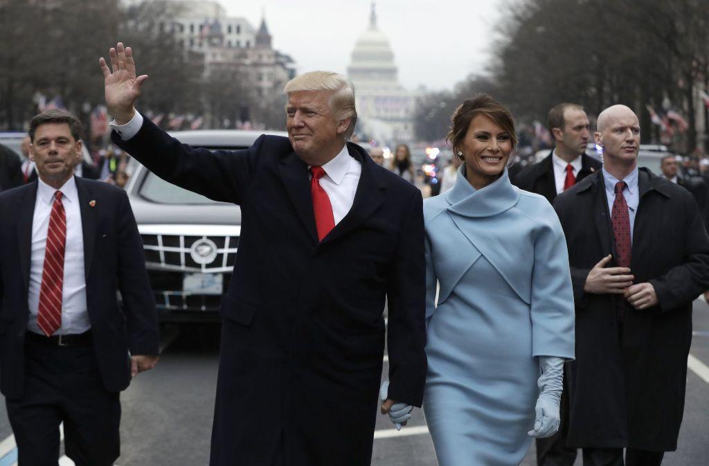 Volksnah: Der 45. Präsident der USA, Donald Trump, ging zu Fuß mit seiner Frau Melania kurz nach der Amtseinführung in Washington in Richtung Weißes Haus. Foto: AP Pool