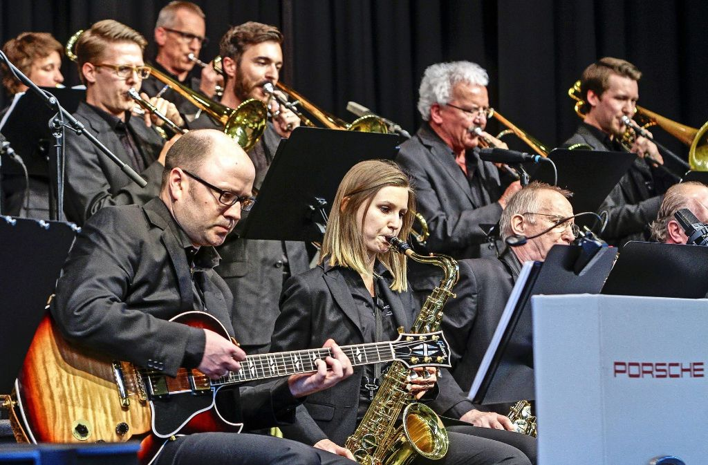 Die Musiker der Porsche Big Band holen aus ihren Instrumenten raus. Foto: factum/Bach
