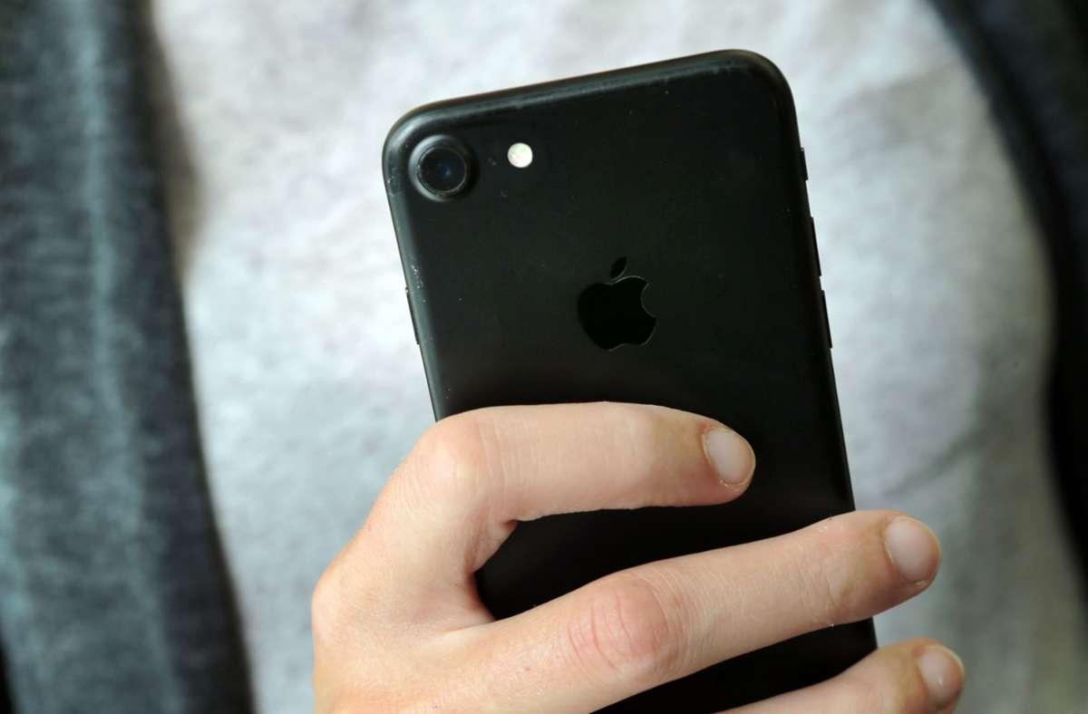 iPhones lassen sich seit iOS 14 auch durch Tippen auf die Rückseite bedienen. (Symbolbild) Foto: Fernando Gutierrez-Juarez/dpa-Ze