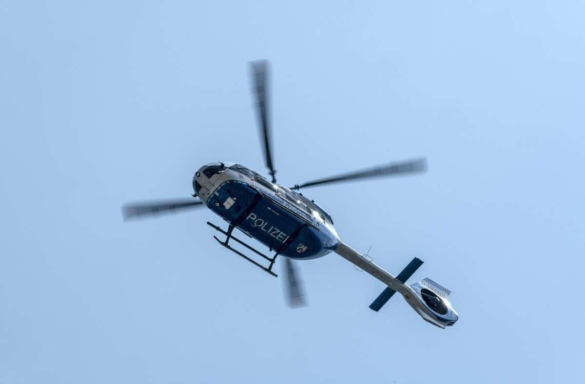 Die Polizei ist über Stuttgart-Ost mit einem Hubschrauber im Einsatz (Symbolbild). Foto: imago images/Bonnfilm/Klaus W. Schmidt via www.imago-images.de