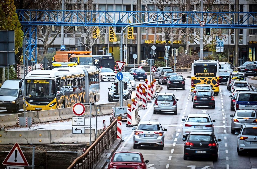 Am Neckartor in Stuttgart ballt sich der Verkehr. Die Kreuzung  gilt seit einigen Jahren als bundesweit schmutzigeste. Foto: Lichtgut/Achim Zweygarth