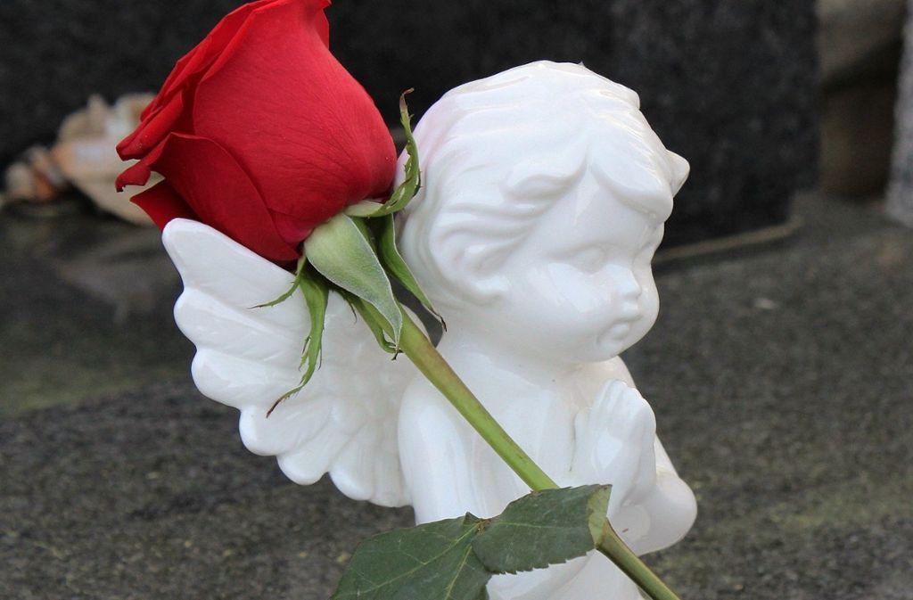 Fehlgeborene Kinder mit einem Geburtsgewicht unter 500 Gramm werden bei einer Sammelurnenbestattung beigesetzt. Foto: pixabay