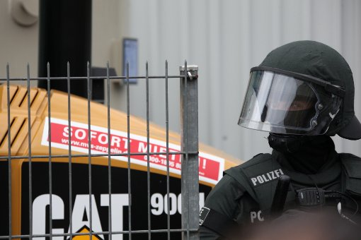 Die Montagsdemonstration am 20. Juni ist aus dem Ruder gelaufen. Mehrere Polizisten sollen dabei verletzt worden sein. Foto: Beytekin