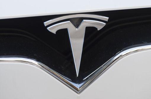 Selbstfahrender Tesla überfährt Roboter