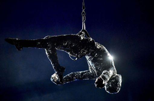 Akrobat stürzt vor Publikum in den Tod