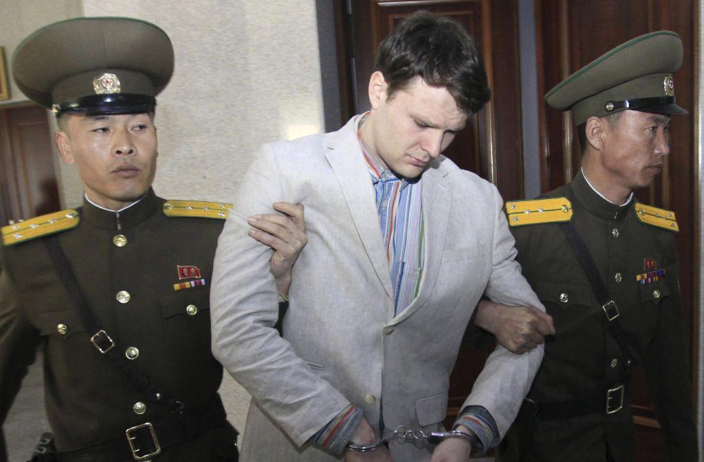 Aufnahme von Otto Warmbier (Mitte) aus dem März 2016 in einem Gericht in Pjöngjang. Foto: AP