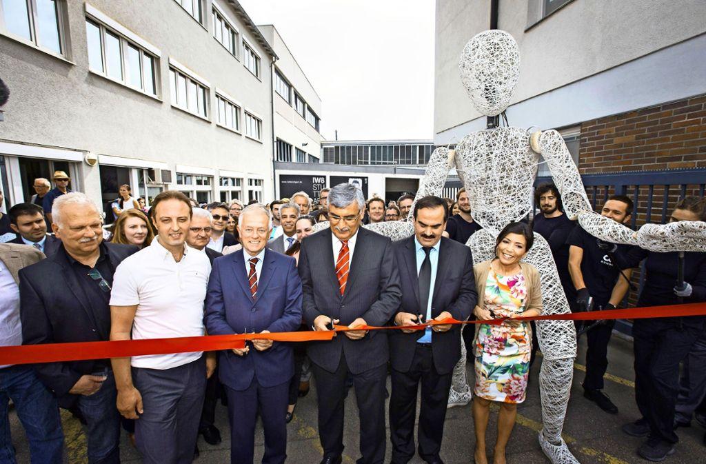 Im Mai 2014 wurde auf dem Areal an der Siemensstraße groß gefeiert. Mit dabei  waren Sevil Özlük, Halil Selvi (IW8), Kenan Kubilay (Geschäftsführer der Ilhas Media Trade Center GmbH) und Oberbürgermeister Fritz Kuhn (von rechts). Foto: Michael Steinert