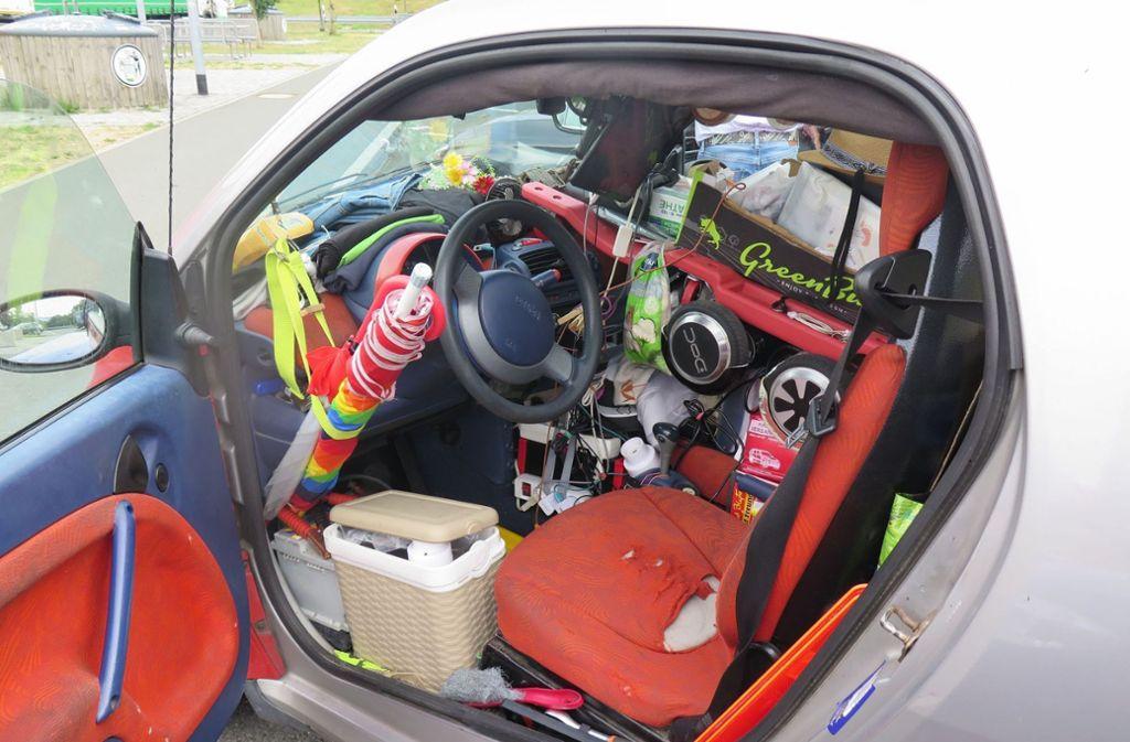 Wie der 52-Jährige mit seinem Kleinwagen überhaupt noch fahren konnte, ist auch der Polizei ein Rätsel. Foto: Polizeiinspektion Hof