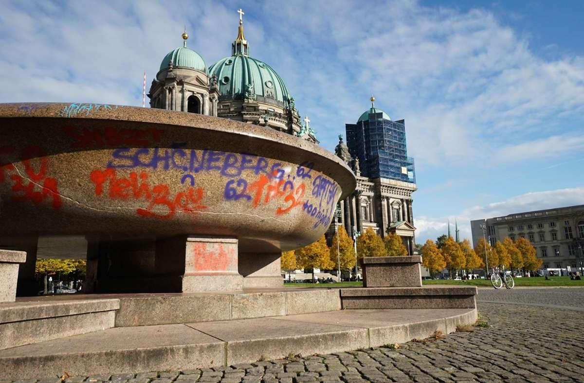 Die beschmierte Granitschale im Berliner Lustgarten gilt als größte aus einem einzelnen Stein gefertigte Schale. Foto: dpa/Jörg Carstensen