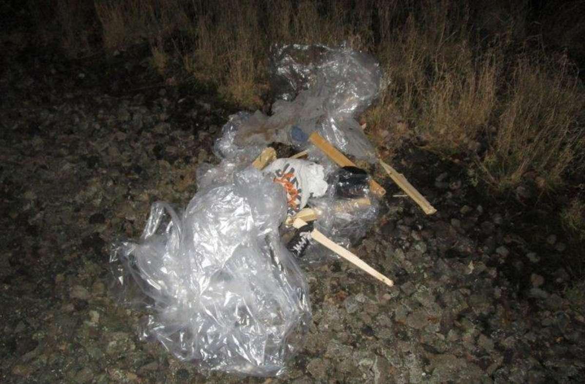 Einsatzkräfte suchten die Gleise am Mittwochabend ab. Es stellte sich heraus, dass es sich um eine aus Holz und Füllmaterial gebaute Puppe handelte. Foto: dpa/Bundespolizei