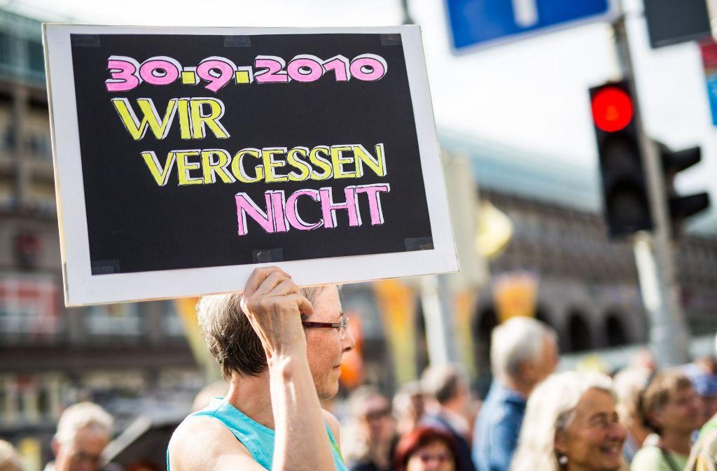 """Friedliches Gedenken an den """"Schwarzen Donnerstag"""" vor sieben Jahren. Foto: dpa"""