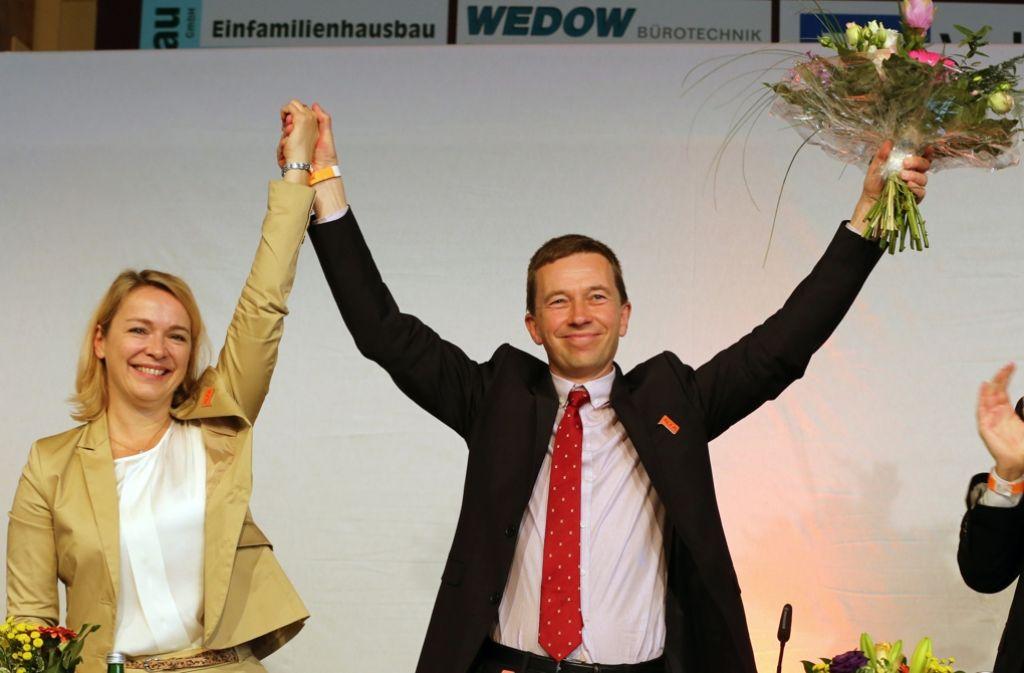 Parteigründer Bernd Lucke mit Generalsekretärin Ulrike Trebesius nach der Wahl zum Spitzenkandidaten. Foto: dpa