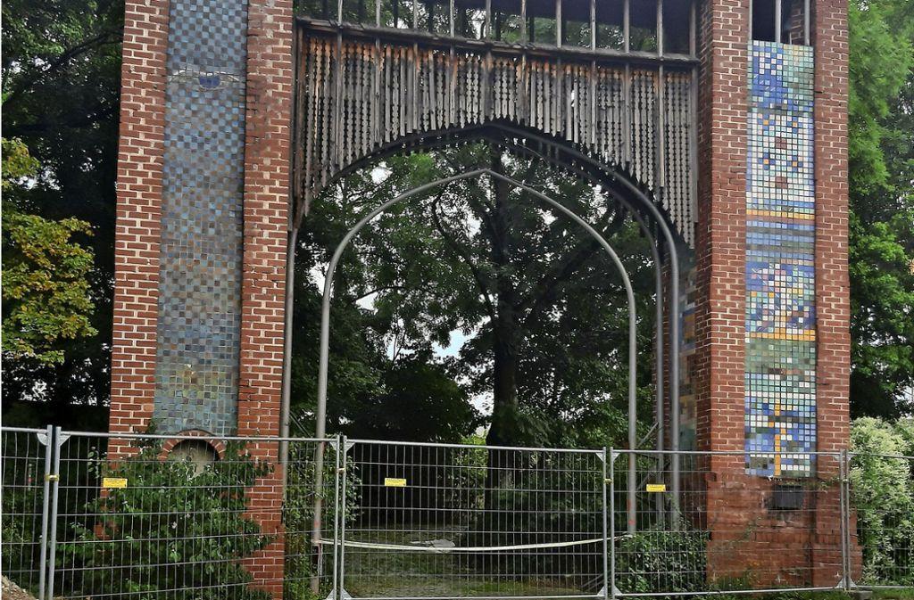 Das Tor ist zu einem Wahrzeichen des Wangener Jugendhauses geworden. Wegen der Arbeiten für den  Neubau steht  es  derzeit  hinter einem Zaun. Foto: Elke Hauptmann