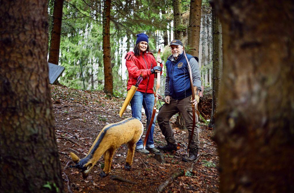 Karin und Dirk Eichmann sind passionierte Bogenschützen. Ihren ersten 3-D-Parcours bei Schlichten mussten sie abbauen, weil die Genehmigung nicht verlängert wurde. Foto: Jan Potente(Archiv)