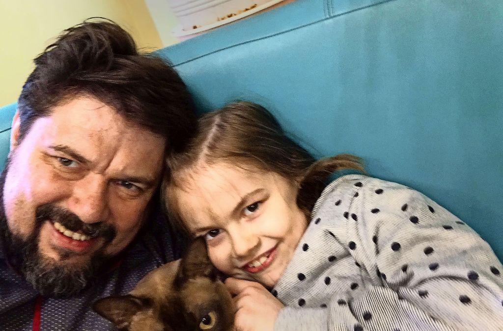 Thomas Karzelek mit seiner Tochter. Das Foto entstand im Mai in Polen – kurz nachdem Lara wieder aufgetaucht war. Foto: Thomas Karzelek