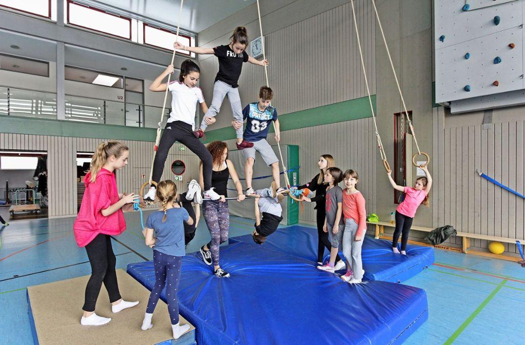 Die jungen Akrobaten haben sich einiges einfallen lassen, um bei der Zirkusshow das Publikum zu beeindrucken. Foto: factum/Bach
