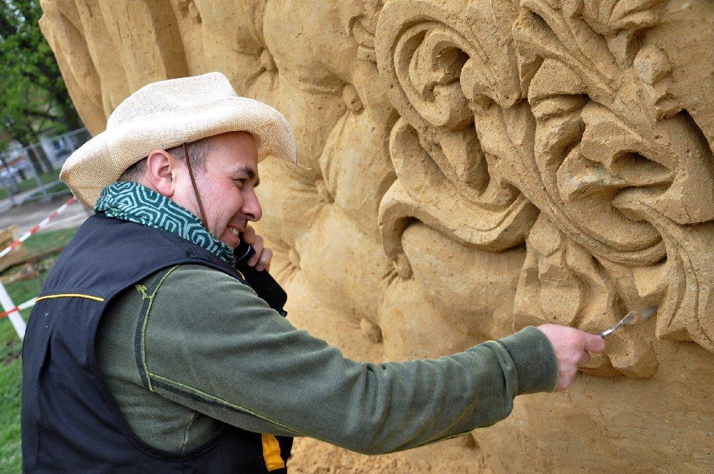 Bis zu 16 Sandskulpuren entstehen derzeit auf der Bärenwiese am Schloss Ludwigsburg, sie können ab dem 1. Mai bestaunt werden. Wir haben die Fotos von den Aufbauarbeiten der Sandwelt 2013. Foto: www.7aktuell.de |