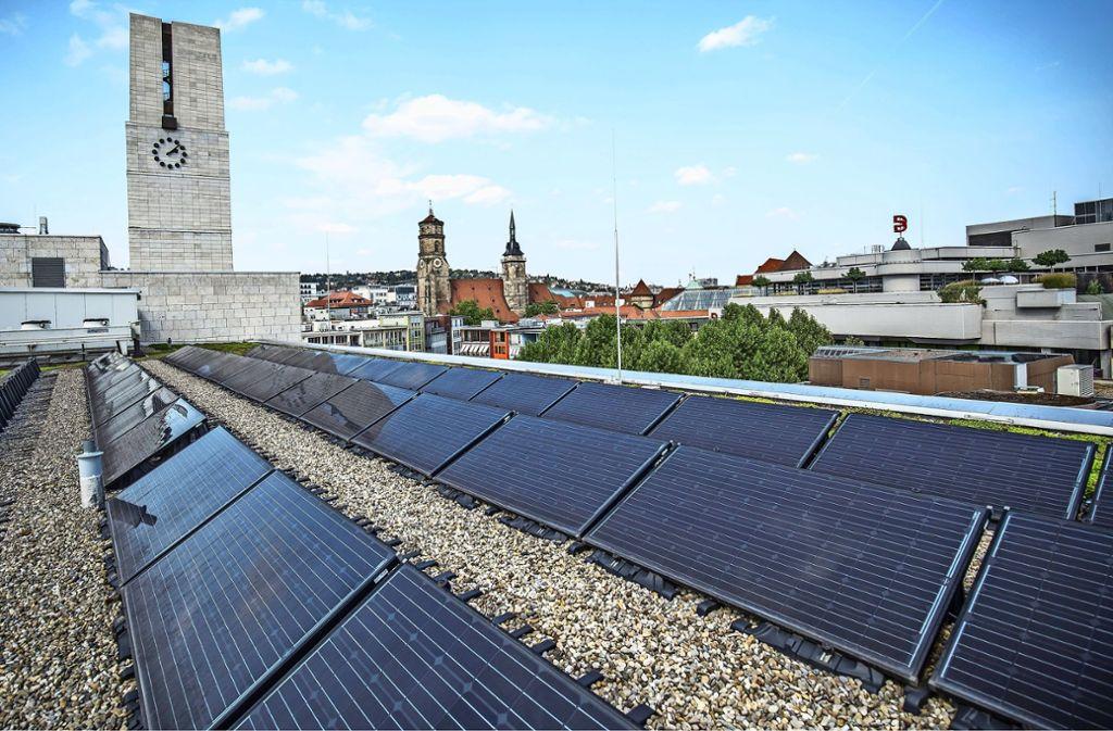 Fotovoltaikanlage auf dem Stuttgarter Rathaus: Dass auf diesem Sektor noch mehr geschehen muss, besonders bei Privathäusern, wird in den Debatten immer wieder betont. Foto: Lichtgut/Leif-Hendrik Piechowski