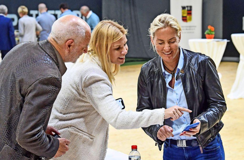 Treffpunkt der Tennis-Macher: Cheftrainerin Barbara Rittner (rechts) mit Anke Huber und Markus Günthardt vom Porsche Tennis Grand Prix. Foto: Tom Bloch