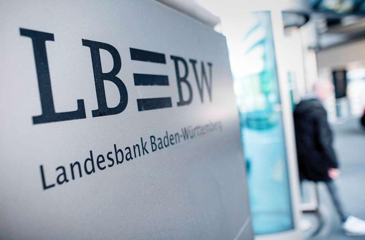 Bis Ende 2024 will die LBBW nach eigenen Angaben rund 700 Stellen abbauen. (Symbolbild) Foto: dpa/Sebastian Gollnow