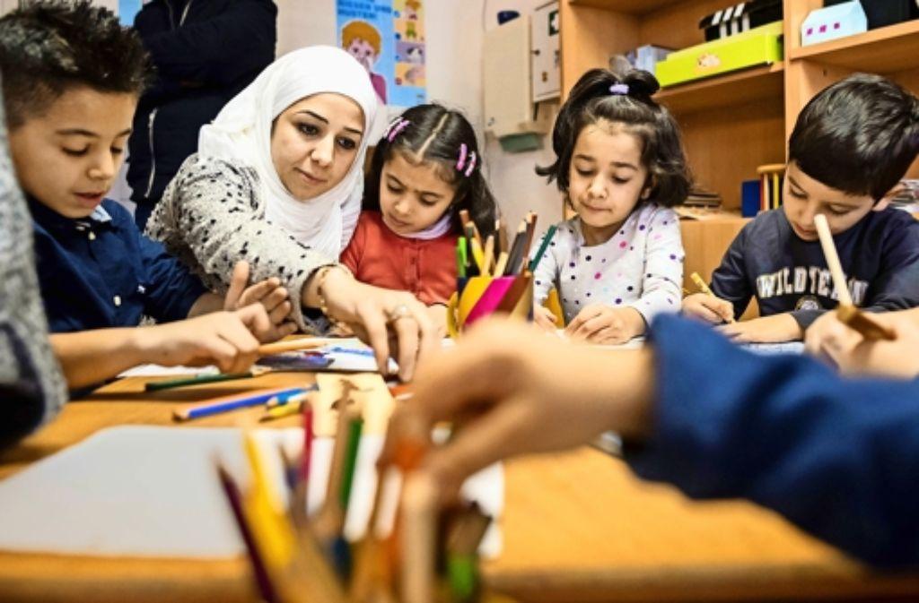 Bevor Flüchtlinge in den Arbeitsmarkt vermittelt werden, heißt es für sie Deutsch pauken: In einer  Erstaufnahmestelle lernen Kinder spielerisch lesen und schreiben. Foto: dpa