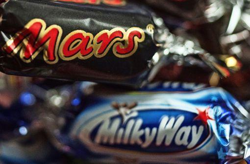 Einbrecher schleicht mit Süßigkeiten von dannen