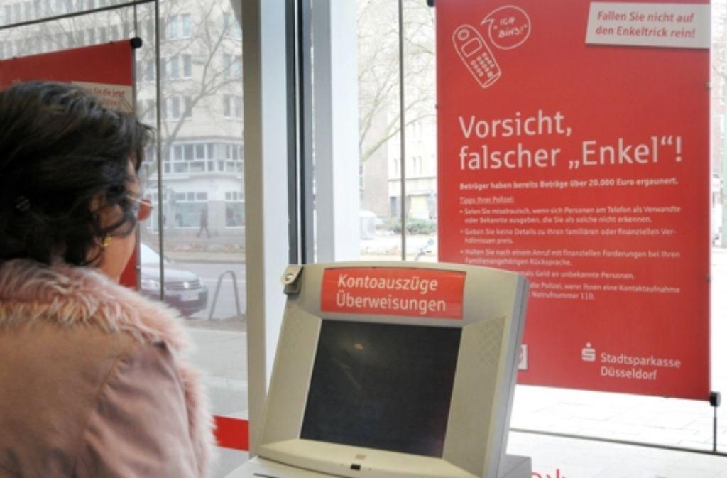 Enkeltrick  – die Polizei rät Bankangestellten, besonders aufmerksam zu sein, wenn ältere Menschen ganz plötzlich ihr gesamtes Geld abheben wollen. Foto: dpa