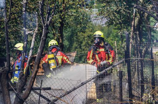 Gartenhütte und Hühnergehege in Flammen