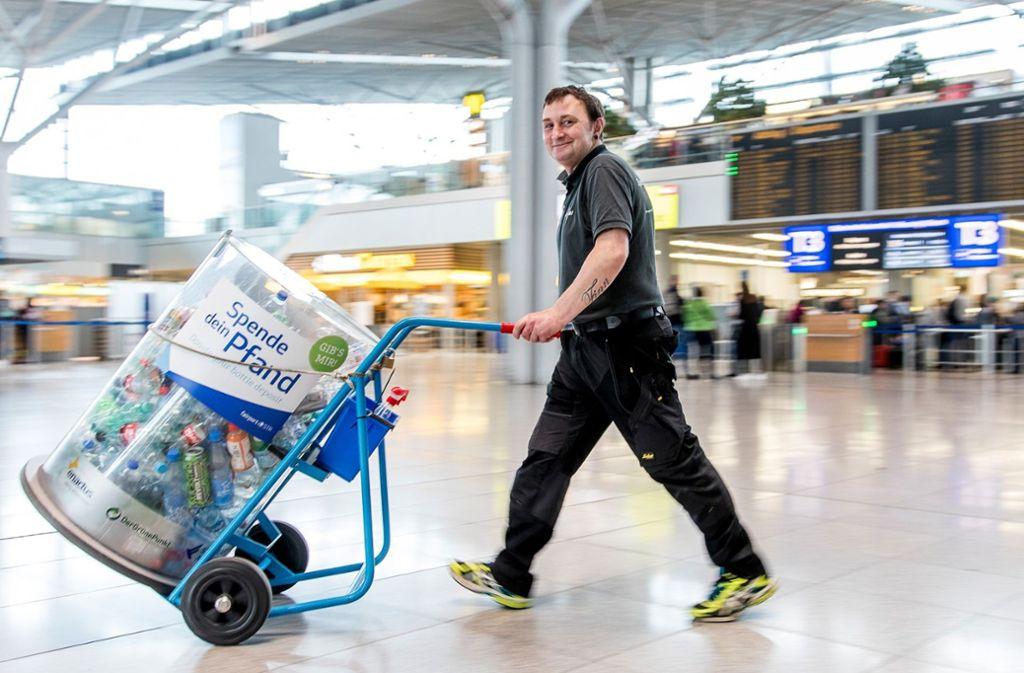 Abtransport: Am Flughafen rollen gesammelte Flaschen zur Wiederverwertung. Foto: Flughafen Stuttgart GmbH
