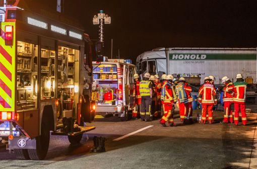 Autofahrer flüchtet nach schwerem Unfall – Autobahn gesperrt