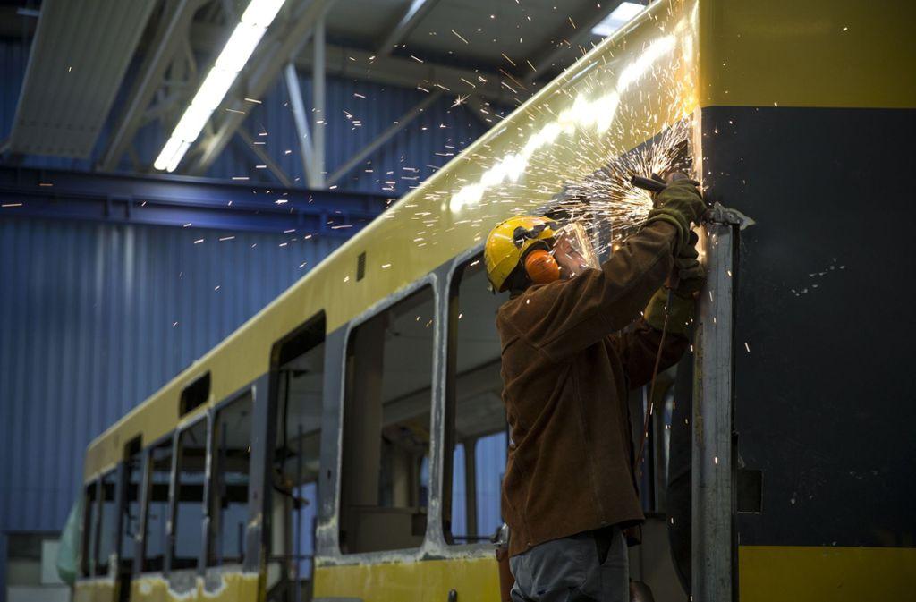 Flickarbeiten: Eine im Juli verunglückte Bahn wird repariert. Foto: Lichtgut/Leif Piechowski