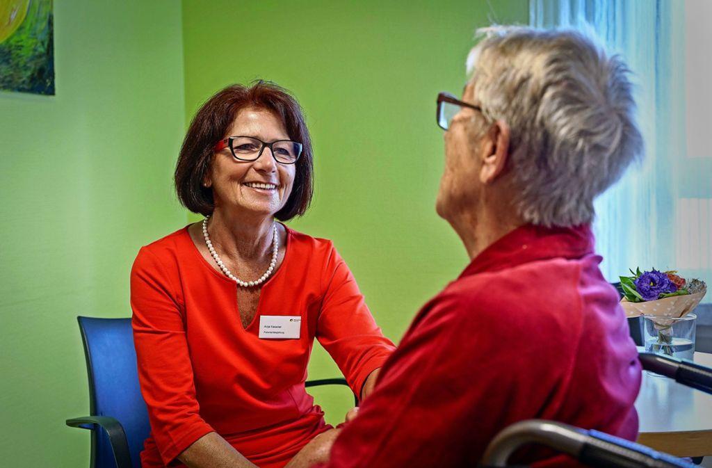 Anja Kessner (links) hört zu. Frau K. hat viel zu erzählen. Foto: factum/Jürgen Bach