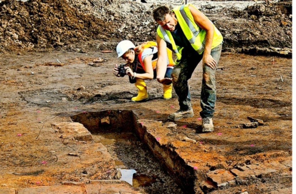 Grabungsleiter Martin Thoma erklärt, wie der römische Brennofen funktioniert hat. Gut zu erkennen sind die Ziegel, aus denen der Ofen bestanden hat. Foto: Horst Rudel