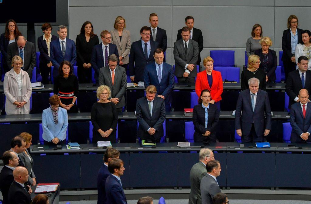 Mit einer Schweigeminute gedenkt der Bundestag der Opfer von Halle. Foto: AFP/JOHN MACDOUGALL