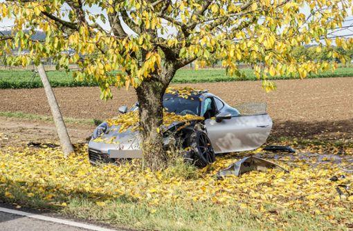 Porsche-Fahrer mäht Telefonmast um und kracht gegen Baum