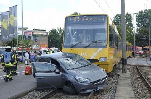 Stadtbahn schleift Pkw mehrere Meter mit