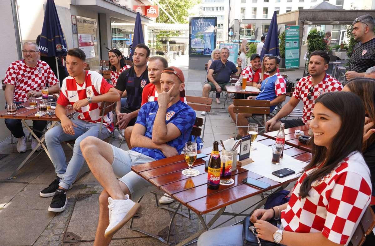Kroatische Fans in Stuttgart fiebern beim EM-Auftakt mit ihrem Team mit. Foto: Andreas Rosar/Fotoagentur-Stuttgart