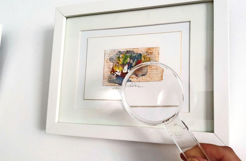 Durch die Lupe erkennt man die Details der Miniaturen der Künstlerin Koki van Trotten besser. Foto: Caroline Friedmann