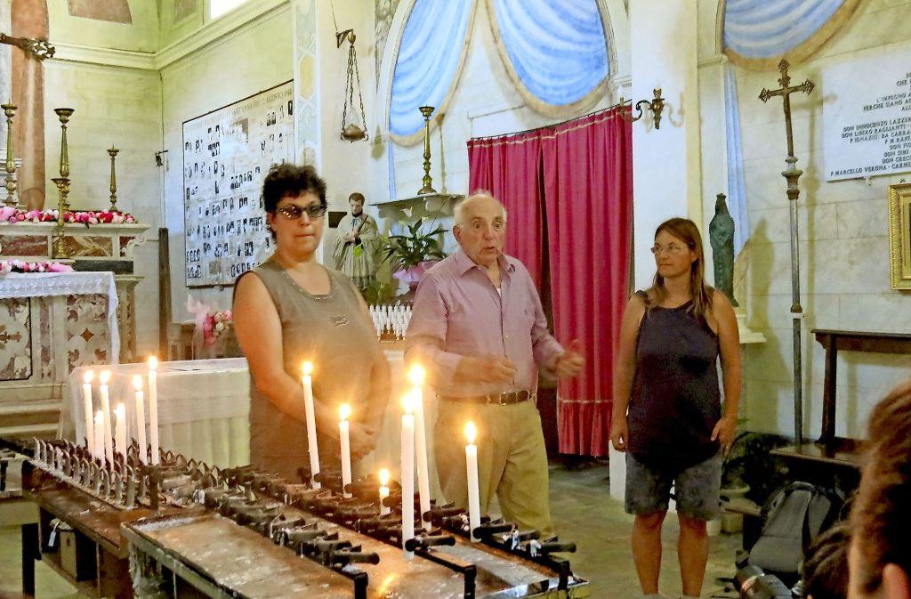 Zeitzeuge Enio Mancini schildert seine Erlebnisse. Die Betreuer Petra Quintini (rechts) und Silvia Rebecchi übersetzen für die Jugendlichen. Foto: Christina Gohle