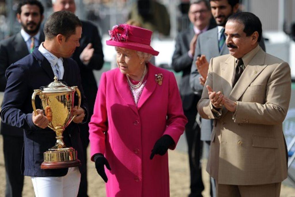 Queen Elizabeth II im gespräch mit dem König von Bahrain, Hamad bin Isa Al Khalif, und Kent Farrington, der den Kings Cup bei der royalen Pferdeshow gewonnen hat. Foto: dpa