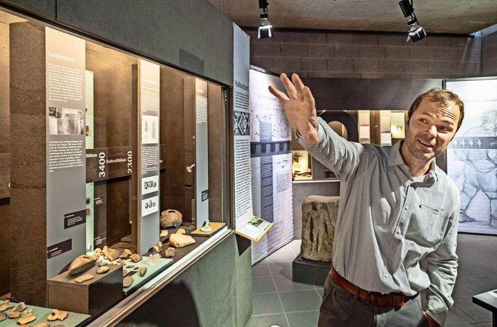 Christian Bollacher vom Landesamt erklärt die ausgestellten Funde. Foto: factum/Weise