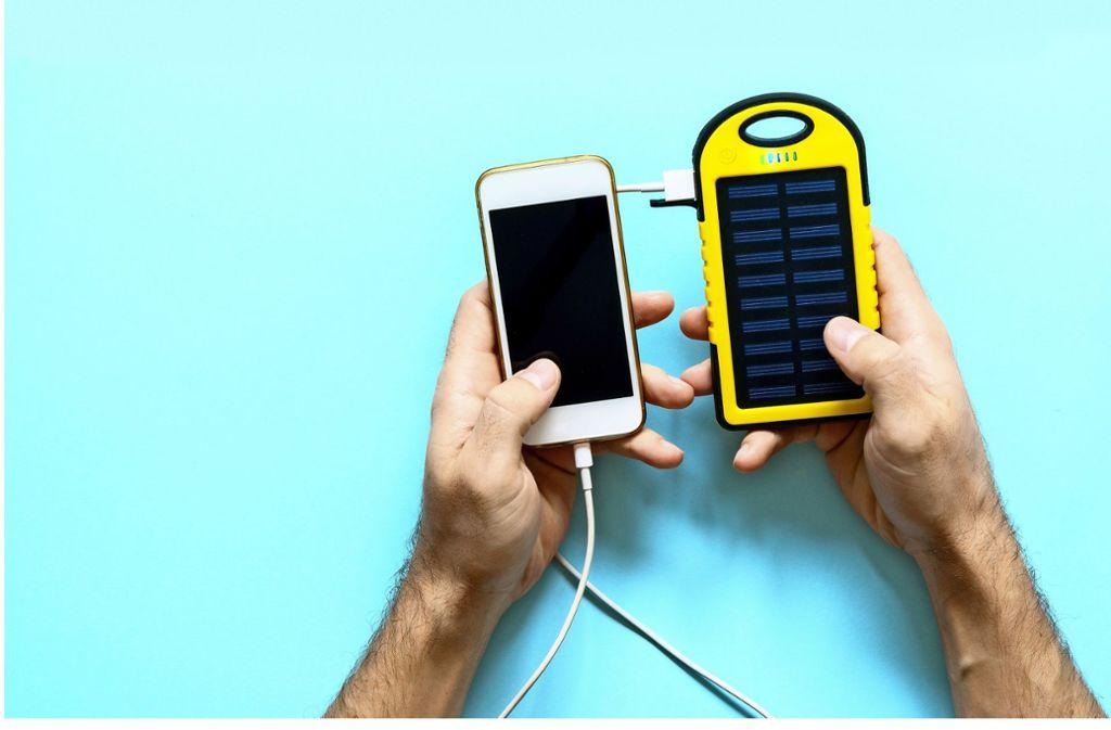 Das Handy mit Solarenergie aufladen – ist das ein Beitrag zur Energiewende? Foto: Adobe Stock/Dmitry Galaganov