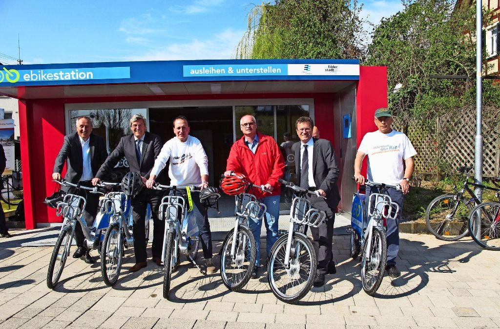 Das Bild zeigt Oberbürgermeister Christoph Traub und Bürgermeister Reinhard Molt (3. und 4. v.l.) bei der Eröffnung der Station in Bernhausen. Foto: Otto-H. Häusser/Malte Klein