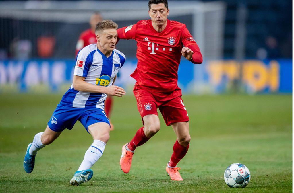 Santiago Ascacibar im Duell mit Bayern-Star Robert Lewandowski. Foto: imago images/photoarena// Thomas Eisenhuth