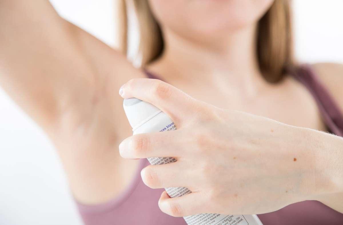 Aluminiumhaltige Deos sind weniger belastend für den Körper als bisher angenommen. Foto: Christin Klose/dpa-tmn