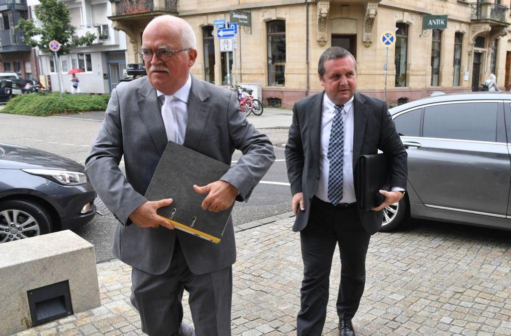 Stefan Mappus (rechts) mit  Anwalt  Peter Gauweiler auf dem Weg ins Gericht. Foto: dpa
