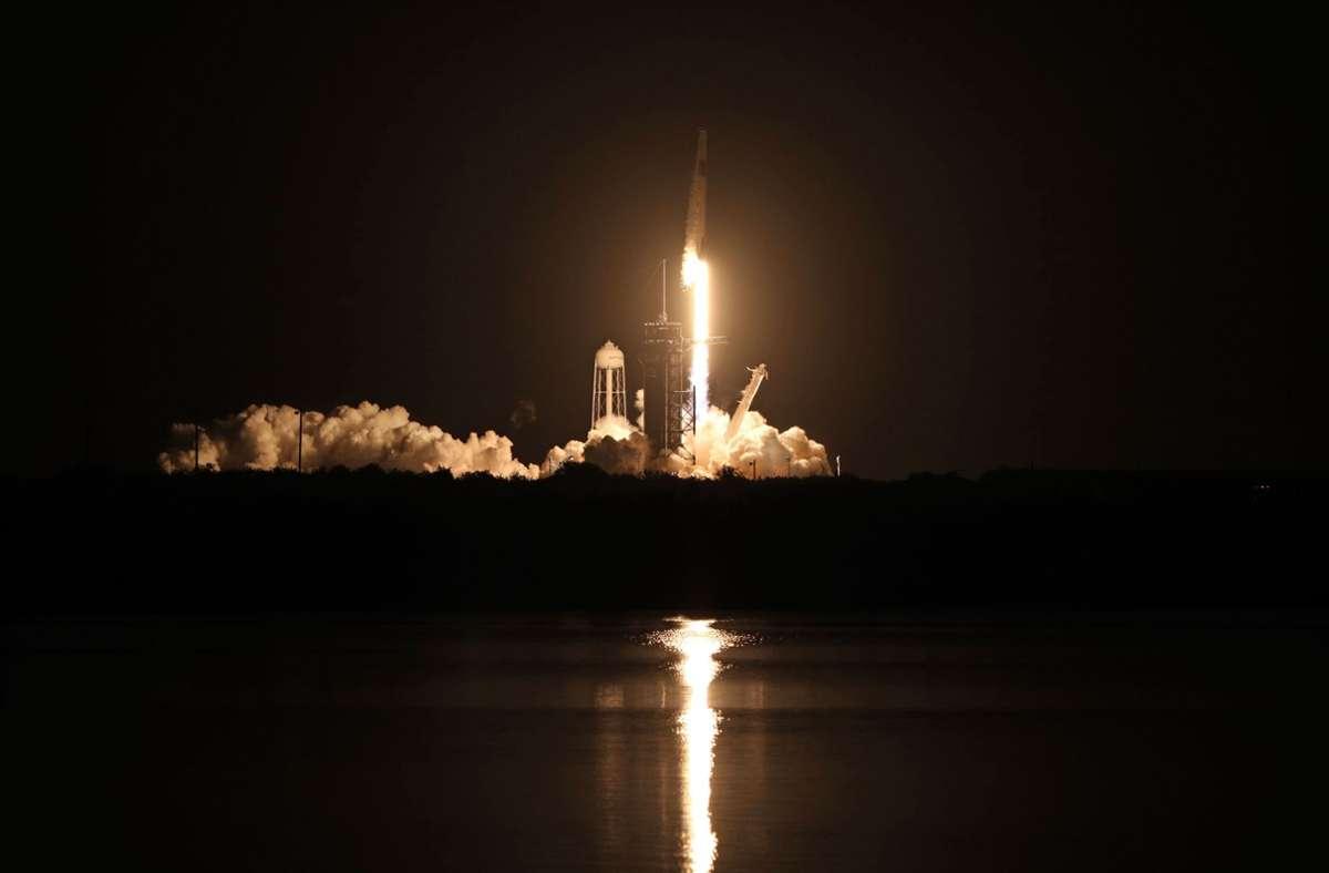 """Das Raumschiff """"Crew Dragon"""" hebt in Richtung ISS ab. Foto: AFP/GREGG NEWTON"""